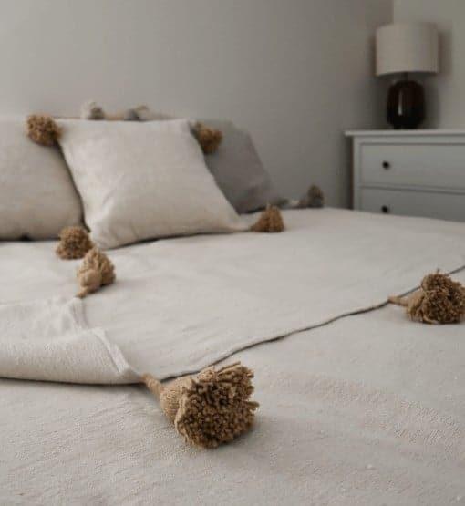 witte pom pom deken met beige flosjes